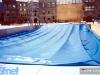 Installation de la grande piscine à Trento (Italie) pour Jeux sans frontières 1998 : Le revêtement est descendu à l'intérieur du creusement.