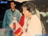 Iestyn Garlick reçoit un cadeau d'anniversaire après le tournage de Jeux sans frontières 1994 à Poros (Grèce)
