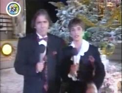 """Iestyn Garlick et Nia Chiswell présentent les """"Jeux sans frontières"""" de Noël 1994 à Cardiff"""